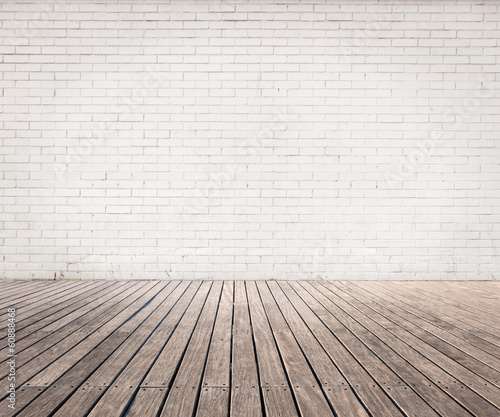 biale-cegly-scienne-i-drewniane-podlogi