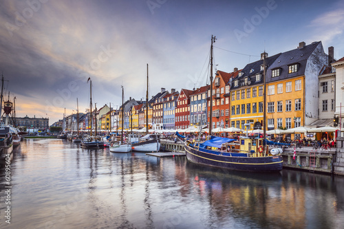 La pose en embrasure Scandinavie Copenhagen, Denmark at Nyhavn Canal
