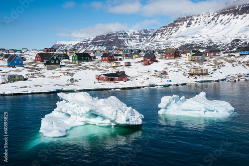 In de dag Poolcirkel Icebergs with small town in background, North Greenland