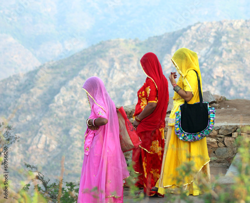 Staande foto India Indian women in colorful saris on top of hill