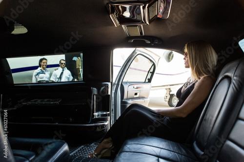 Femme élégante Dans Limousine Au terminal de l'aéroport Tableau sur Toile
