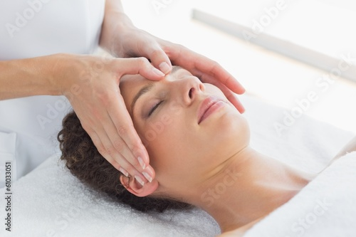 Photo  Woman receiving massage on forehead