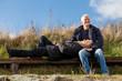 glückliches entspanntes älteres paar draussen in der natur