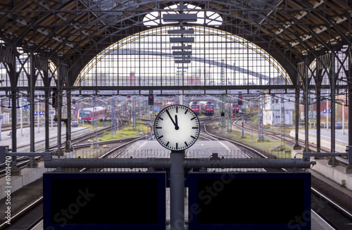 Foto op Plexiglas Treinstation 5 vor 12 just in time