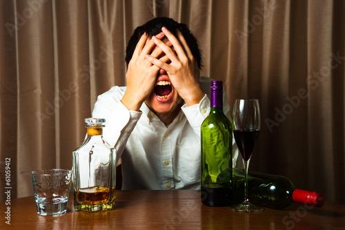 Foto op Plexiglas Bar アルコール中毒で悩む男性