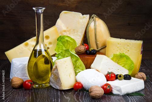 Fotobehang Zuivelproducten tagliere misto di formaggi freschi e stagionati