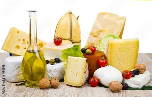 Staande foto Zuivelproducten tagliere misto di formaggi freschi e stagionati