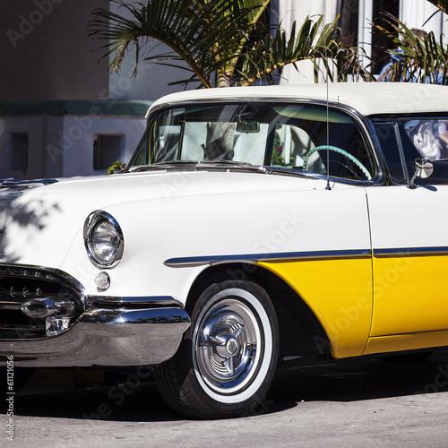 stary-bialy-i-zolty-samochod