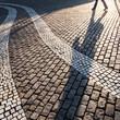 canvas print picture - Schatten auf dem Kopfsteinpflaster