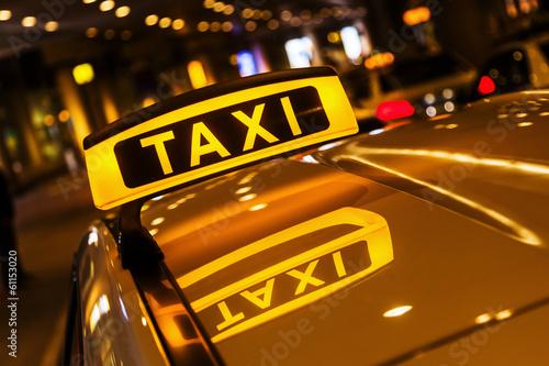Fotografie, Obraz  Taxischild mit spiegelung im Dach des Taxis