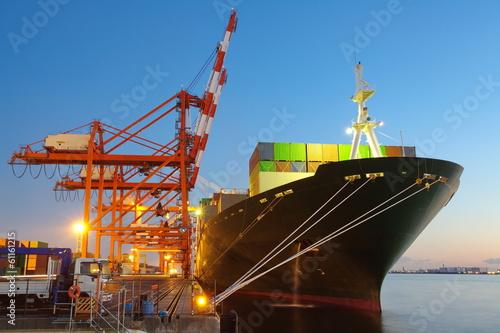 Fotografia  Kontenerowy ładunek zafrachtowań statek z pracującym dźwigowym mostem