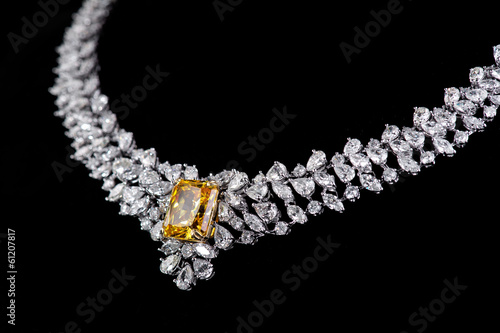 Foto  diamonds necklace shot against a black background