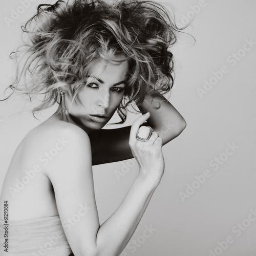 mloda-kobieta-o-blond-wlosach-pieknych-oczach-zmyslowych-ustach