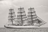 Stary statek z białymi sprzedażami w czarny i biały - 61299419