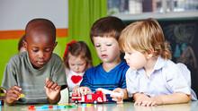 Kinder Spielen Zusammen Im Kin...