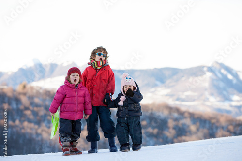 Tuinposter Wintersporten bambini in montagna