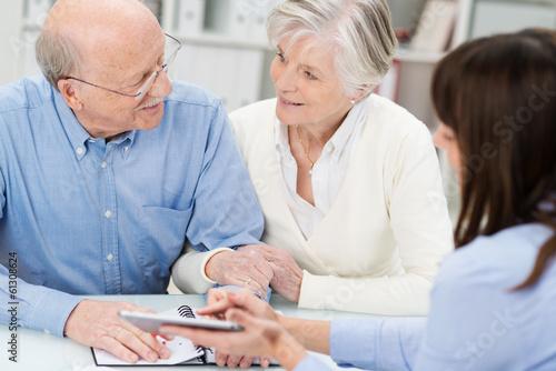 älteres ehepaar wird beraten Canvas Print