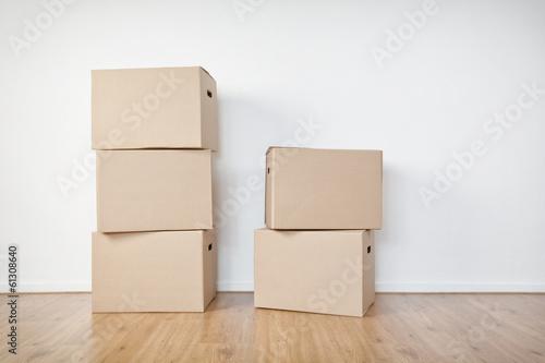 Déplacer des boîtes dans une pièce vide Poster