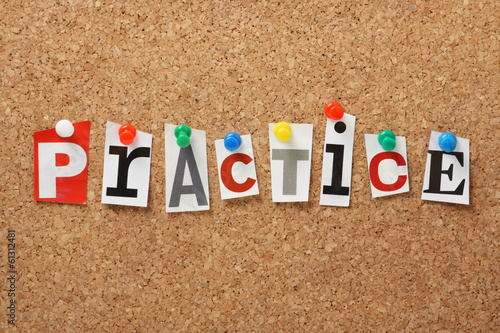 Foto The word Practice on a Cork Notice Board