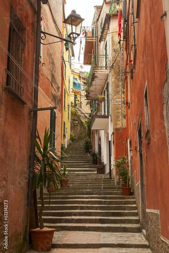 narrow stairway - 61314273