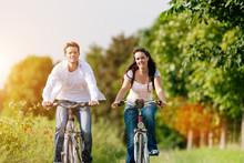 Junges Paar Fahren Fahrrad Im ...