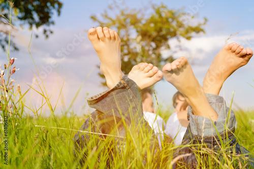 Fotografia, Obraz  Paar auf Wiese im Sommer Urlaub
