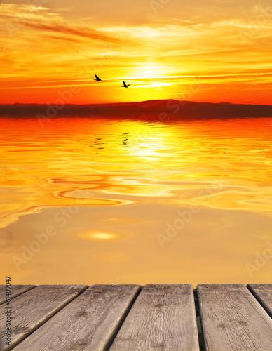 puesta de sol en un mar en calma
