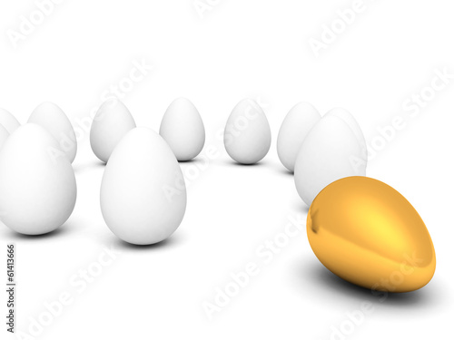 Fotomural Golden egg in row of white eggs concept of difference