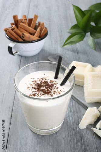 frullato con latte e cioccolato bianco sfondo grigio