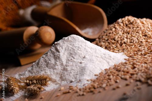 Cuadros en Lienzo  Farina di grano duro con utensili di legno