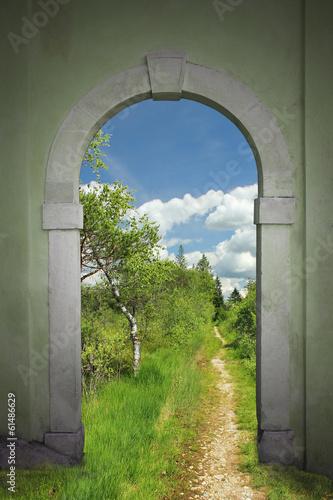 brama-sciezka-przez-wrzosowisko-krajobraz-lato