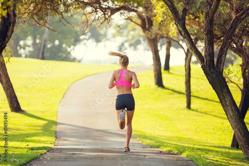 Foto  Frau läuft in den Park