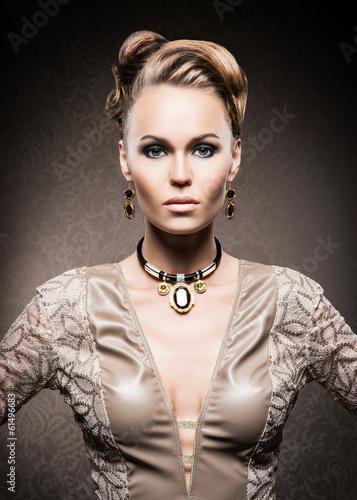 piekna-i-bogata-kobieta-w-klejnotach-ze-zlota-i-kamieni