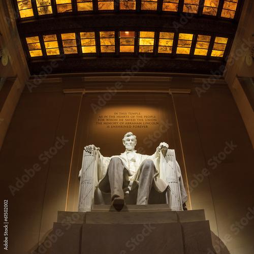 Fotografia  Lincoln Memorial statue at night