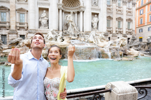 Photo  Travel couple trowing coin at Trevi Fountain, Rome