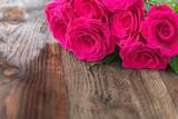 Bukiet róż na drewnianych deskach