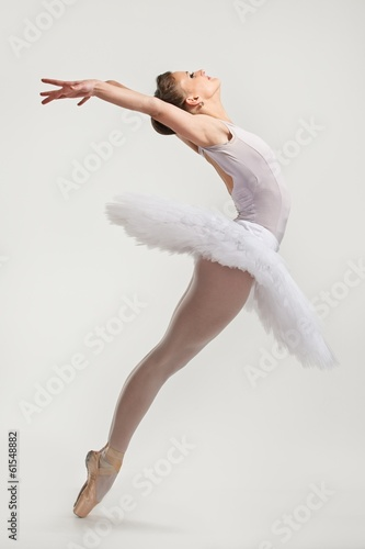 Obraz na plátně  Young ballerina dancer in tutu performing on pointes