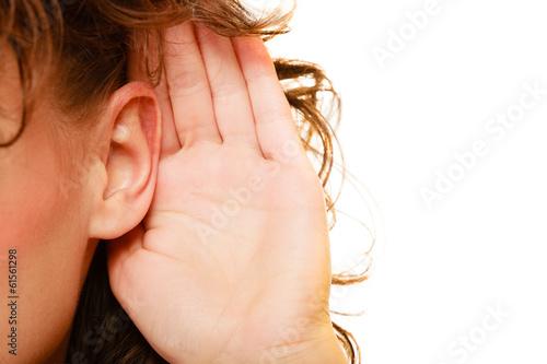 Foto  Teil der Kopffrau mit der Hand zum Ohrhören