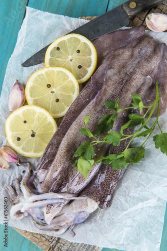 Fototapety, obrazy: Calamares frescos en la mesa con ingredientes para cocinarlos