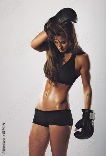 Fototapeta premium Młody żeński bokser na szarym tle