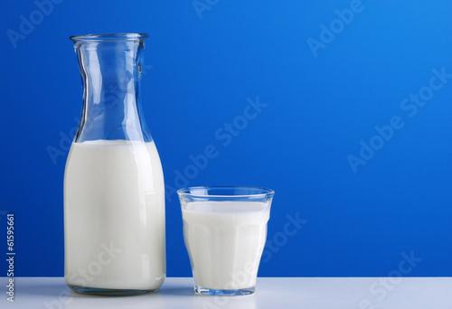 Fotografie, Obraz  caraffa di latte fresco sullo sfondo azzurro