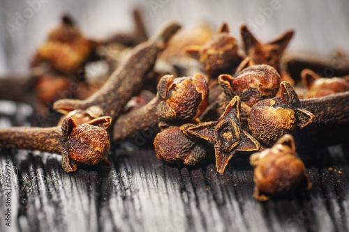 Fotografie, Obraz pile cloves on wood background