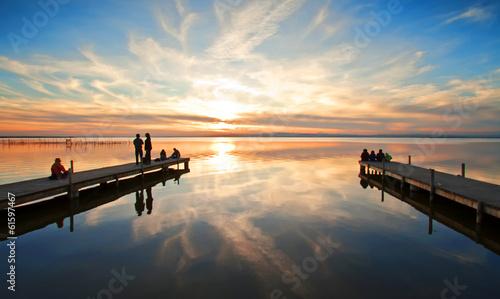 Foto auf AluDibond Pier gente en los embarcadero del mar
