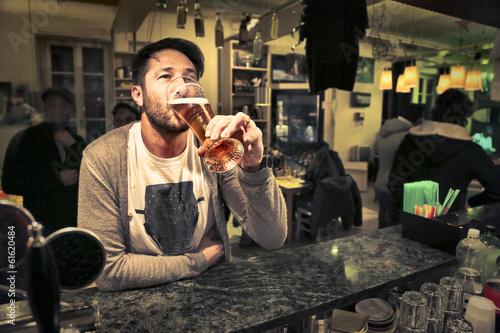 Photo  drinking man