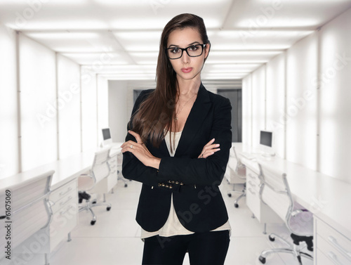 Attractive businesswoman with brown hair in modern office - fototapety na wymiar
