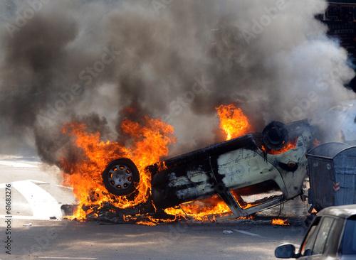 Fotografía  Burned car at street riots
