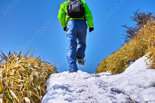 Papiers peints Narcisse 雪の登山道を歩く登山者