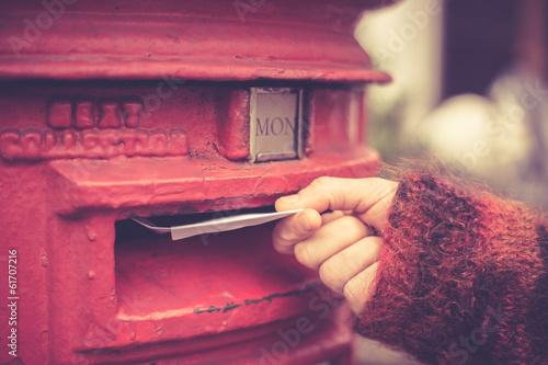 Valokuvatapetti Woman posting letter