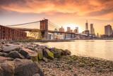 Most Brookliński w tle zachodzącego słońca
