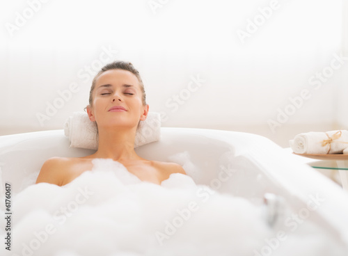 Fotomural Young woman relaxing in bathtub
